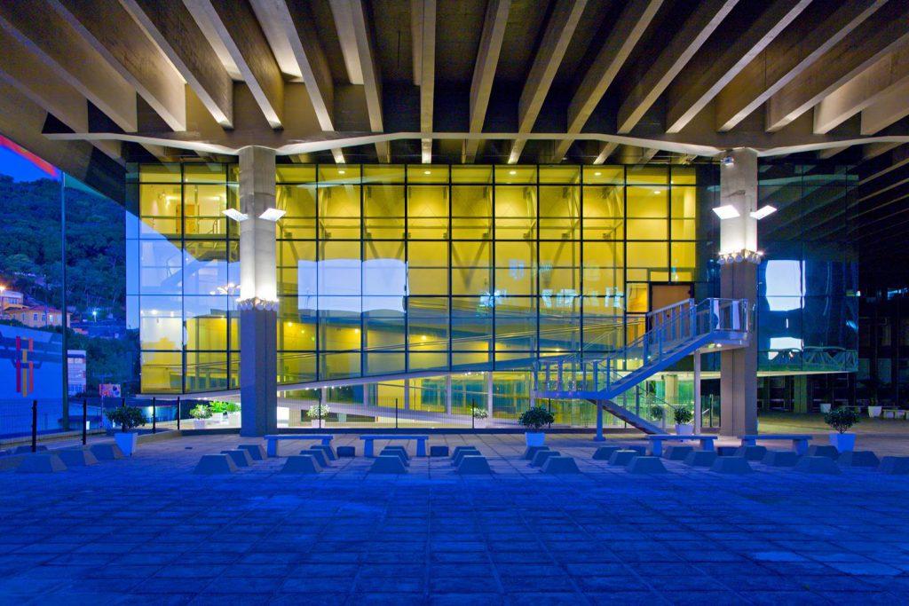 Anexo Assembleia Legislativa de Santa Catarina (2000): O projeto buscou retomar a idéia de uma grande esplanada cívica e conta com um auditório elevado de 500 lugares, um parlatório e a escada solene.