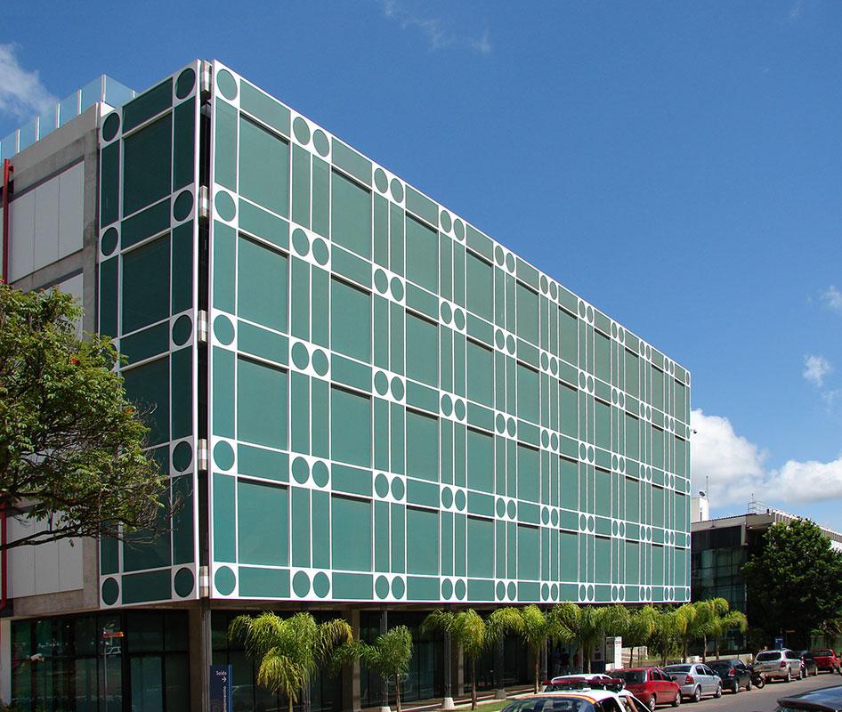Confea (Brasília, 2010): O projeto foi ao limite do gabarito estabelecido pela legislação, encaixando quatro andares onde usualmente só se conseguem três. O prédio foi envelopado por membrana têxtil perfurada, que serve para proteger os escritórios da excessiva entrada de luz.