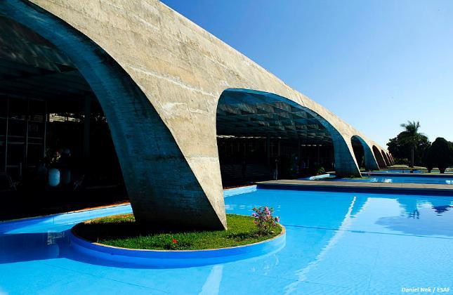 Escola Fazendária (Brasília, 1973): A monumental estrutura no Planalto Central possui dimensões de 300 metros de comprimento por 65 metros de largura, marcada pela sucessão de pórticos com 30 metros de vão cada.