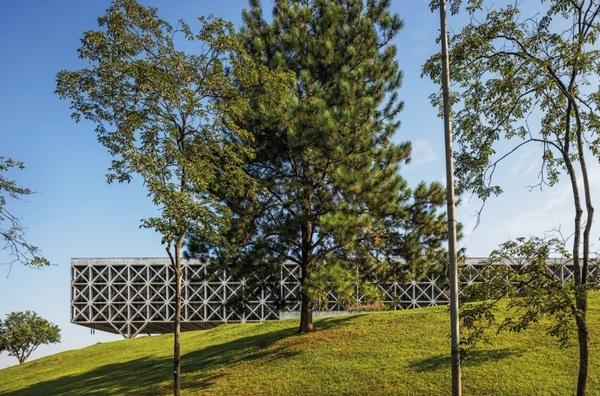 Prodesp (Taboão da Serra, 1975): Repetindo o padrão de treliças de concreto usado no Edifício Acal, Pedro Paulo colocou os pilares na periferia do edifício, liberando a área interna.