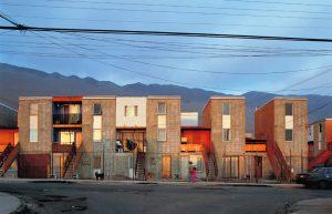 Um dos exemplos mais conhecidos é a habitação social Quinta Monroy, em Iquique, Chile