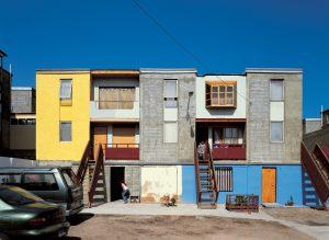 Um dos exemplos mais conhecidos é a habitação social Quinta Monroy, em Iquique, Chile.