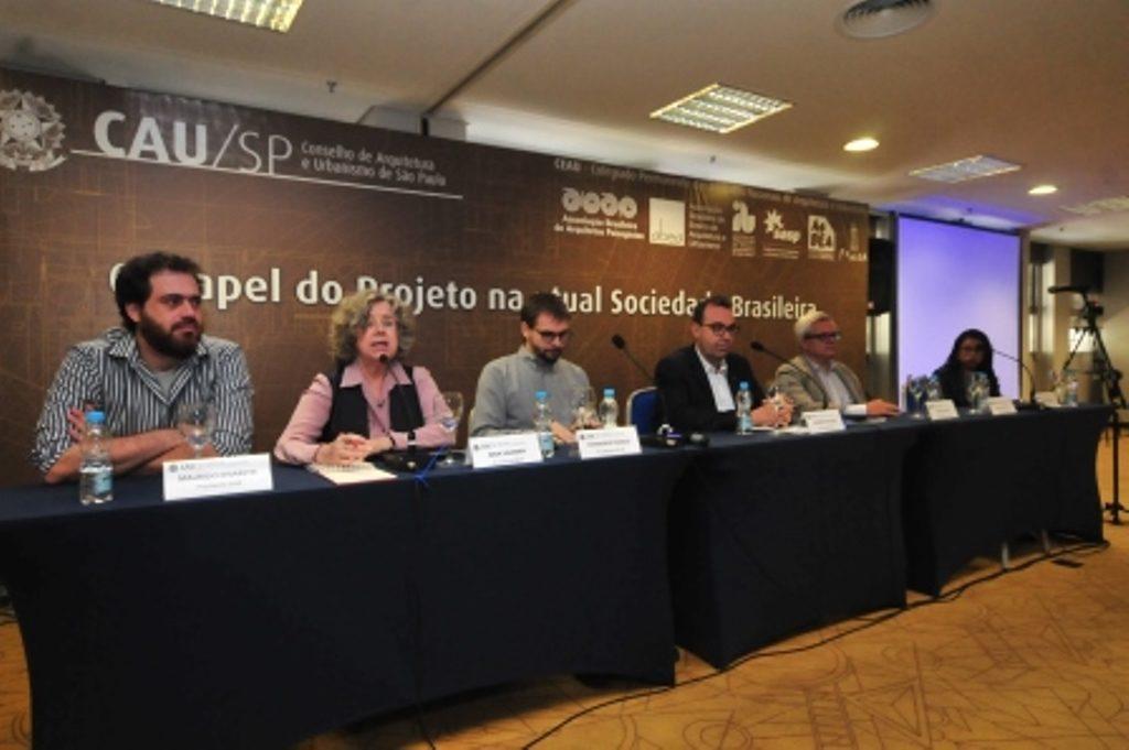 Representantes das entidades do CEAU/SP na mesa de abertura - ao microfone, Nina Vaisman