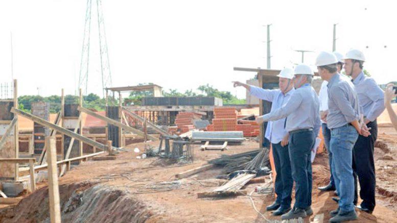 Governador do Distrito Federal inspeciona canteiros em Brasília - cargos de direção de obras terão que ser ocupadas por arquitetos