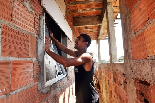 Construção na Favela do Metrô, no Rio de Janeiro (2013). Foto de Tânia Rêgo (Agência Brasil).