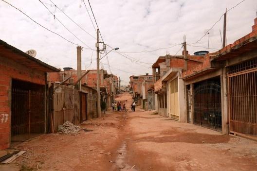 Rua sem urbanização no Brasil (2013). Foto da Playing Opossum Press (Creative Commons).