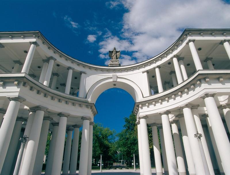 Entrada do Cemitério Žale é uma das obras mais marcantes de Plečnik na capital eslovena (Foto: Município de Liubliana)