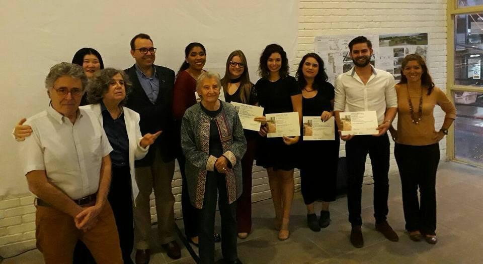 Rosa Kliass com vencedores na solenidade de premiação, no dia 21 de novembro (Foto: ABAP)