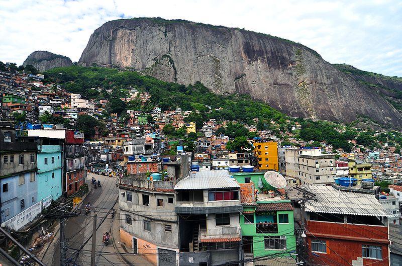 Rocinha, no Rio de Janeiro, maior favela do Brasil (Foto: Chensiyuan/CreativeCommons)