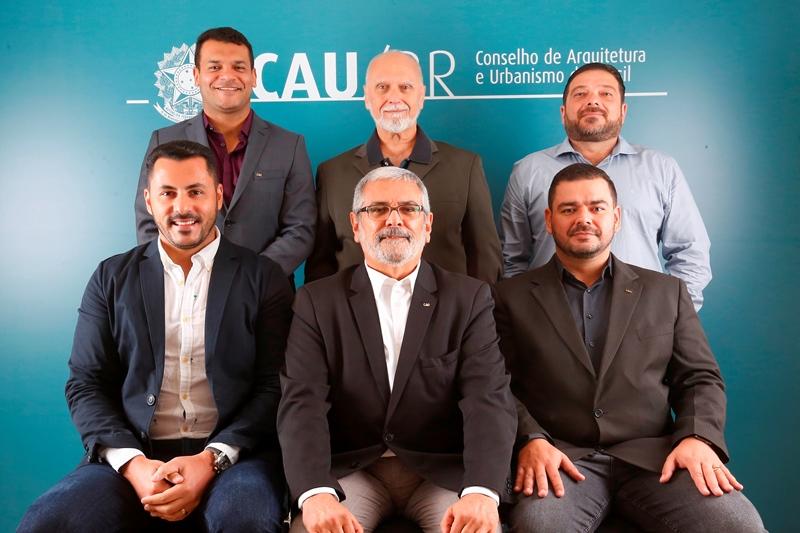 Matozalém Sousa Santana, Carlos Leão, José Gerardo Soares, Roberto Salomão (na foto em grupo representado por seu suplente, Diego Ferraz), Guivaldo Baptista (coordenador) e Nikson Dias (coordenador-adjunto) (Foto: San Rogê - CAU/BR)