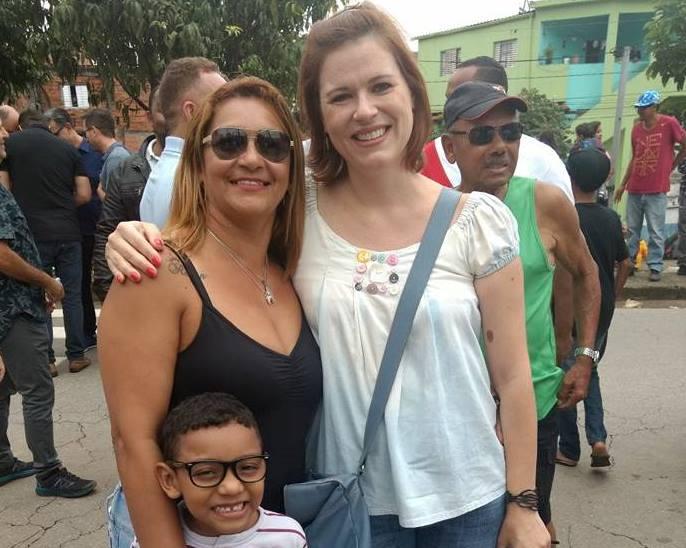 Joelma, uma das moradoras das novas casas cubo, com o filho e a arquiteta e urbanista Fabrícia Zulin na inauguração da obra