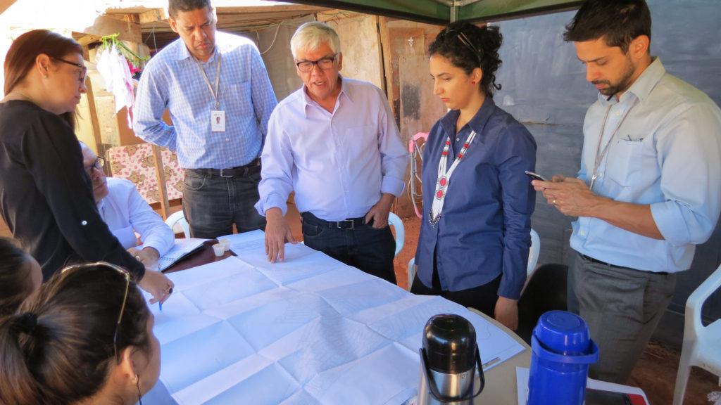 Gilson Paranhos, presidente da Codhab-DF (centro), em reunião de campo na região da Estrutural
