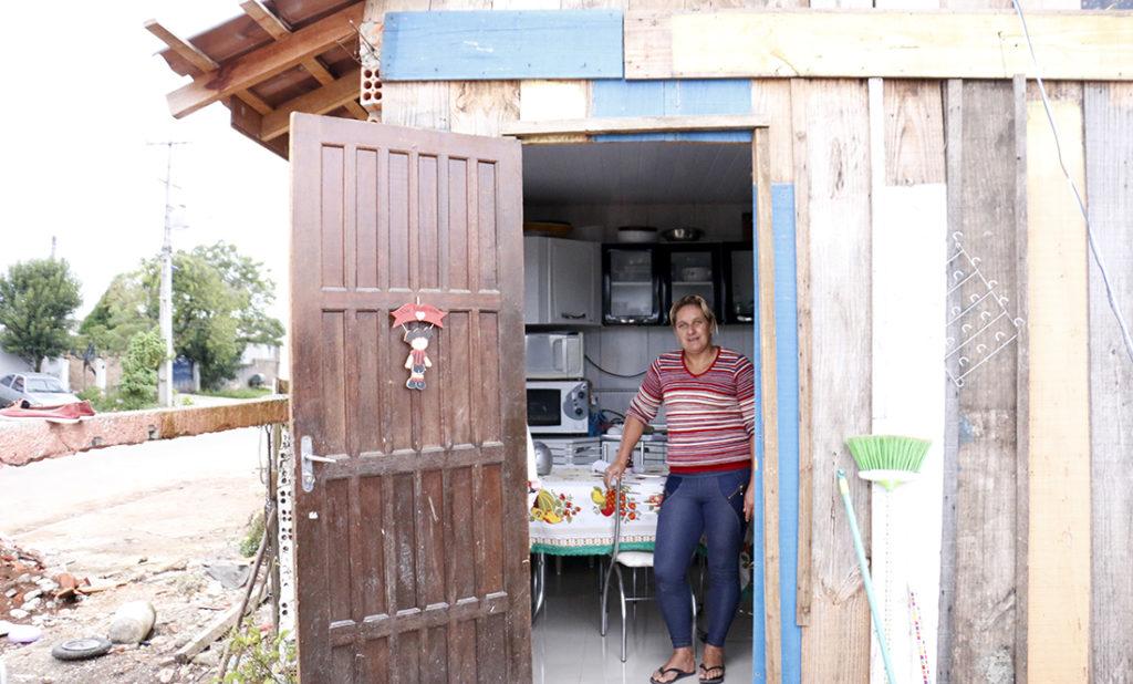 Aos poucos, Rucélia vai construindo a nova casa no local como consegue