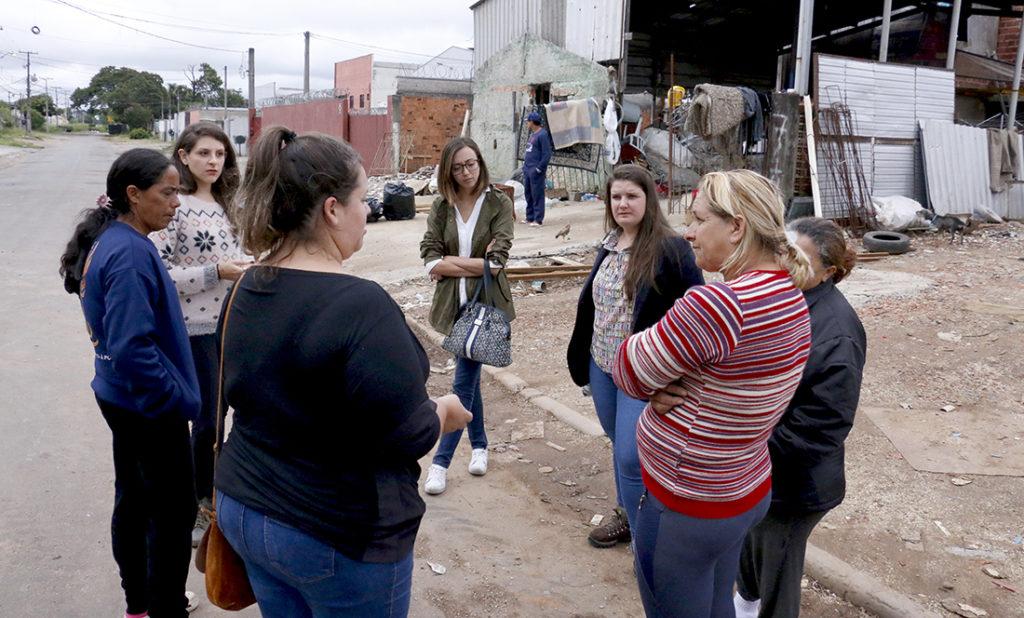 Equipe do Coletivo Trena durante reunião com moradoras da Sociedade Barracão
