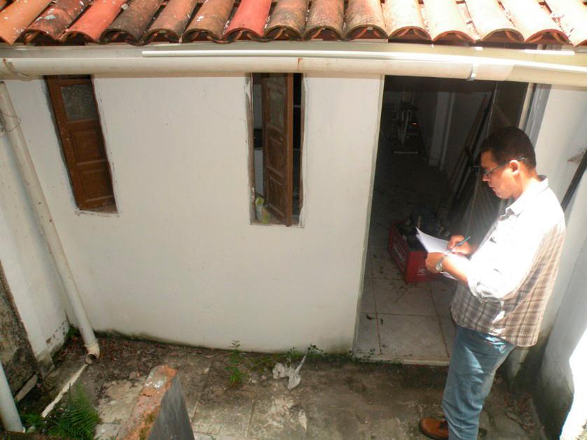 Arquiteto e urbanista João Costa durante vistoria em casa de morador candidato à assistência do Escritório Público
