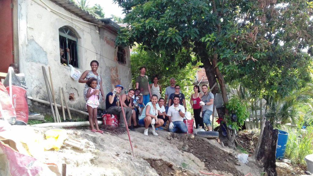 Casa de Jayana da Cruz (esquerda) já recebeu algumas reformas com a ajuda do projeto Arquiteto de Família. Campanha de arrecadação para continuar as obras termina em julho