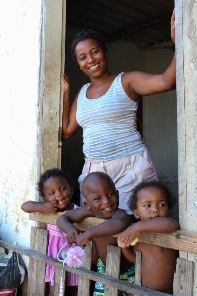 Jayana da Cruz e os filhos: reforma urgente por causa de erosão