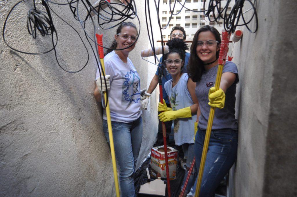 A estudante Lucilene Buss e colegas durante a reforma da segunda e terceira casas atendidas pelo projeto
