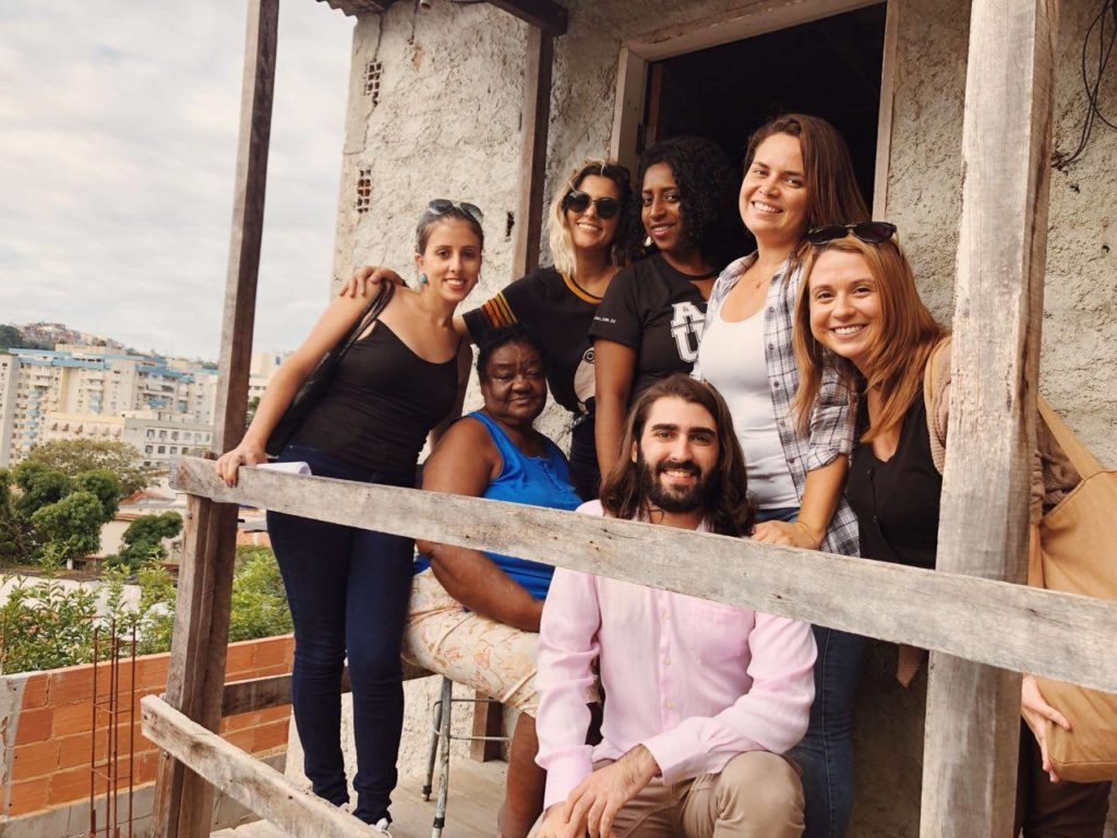 Visita dos voluntários do Arquiteto de Família à casa de Marinete Ribeiro, a Dinda, que precisa reformar o banheiro