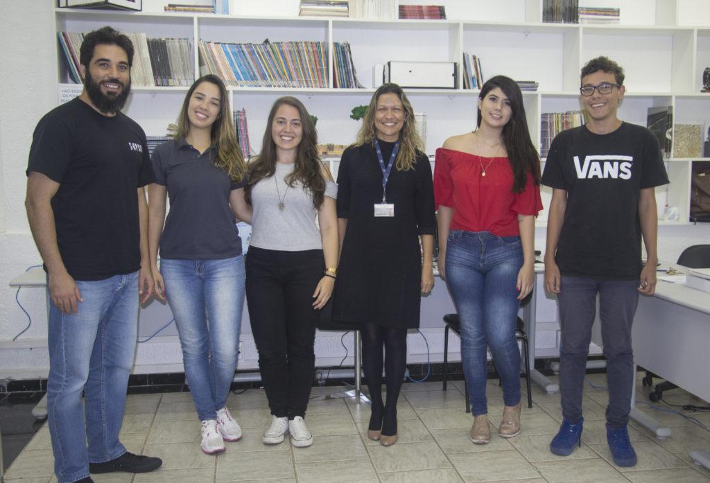 Professores Alexandre Nicolau e Andreia Fernandes com estudantes no Núcleo de Estudos e Práticas, que abriga o projeto