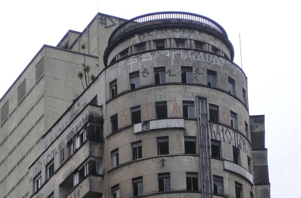 Antes: Edifício Riachuelo, construído em 1943, tinha janelas quebradas, fachada pichada e encanamentos furtados - água da chuva tomava conta da maioria dos pavimentos