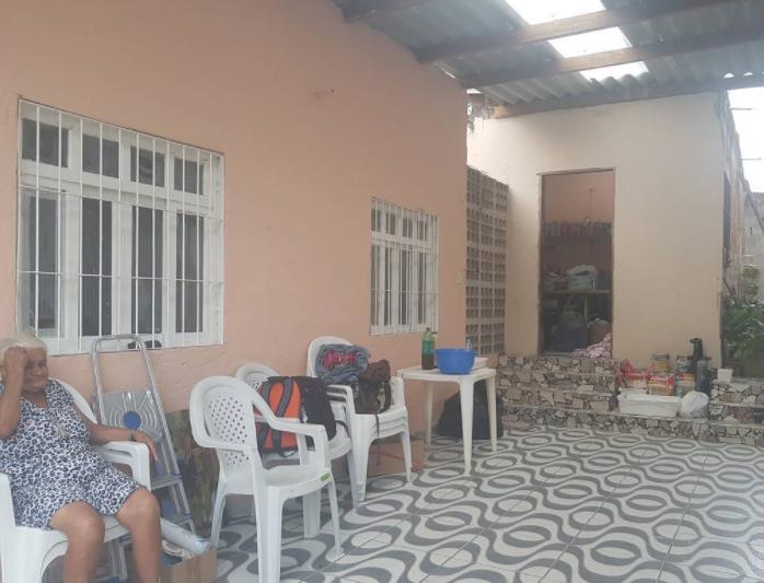 Área comum entre as duas casas ganhou cobogó e inversão no telhado para evitar que água da chuva entre nas moradias