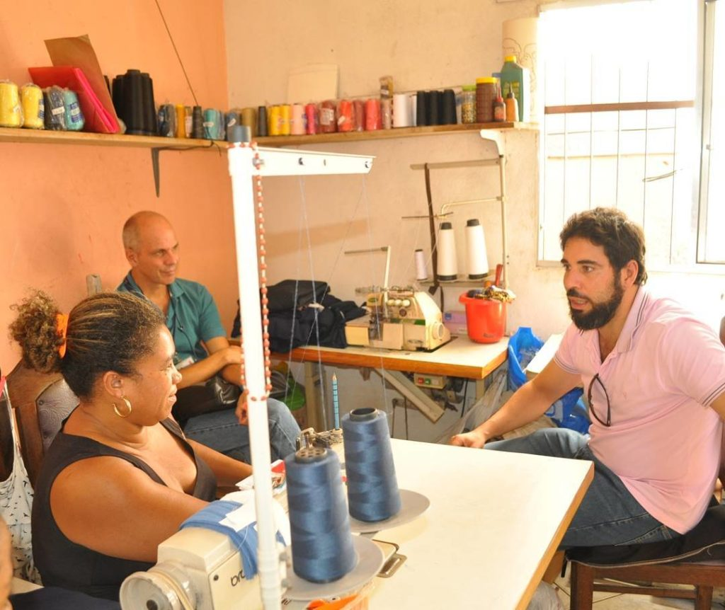 Professores Alexandre Nicolau (direita) e Geraldo Fonseca em conversa com a dona da terceira casa, Juvenil Bispo