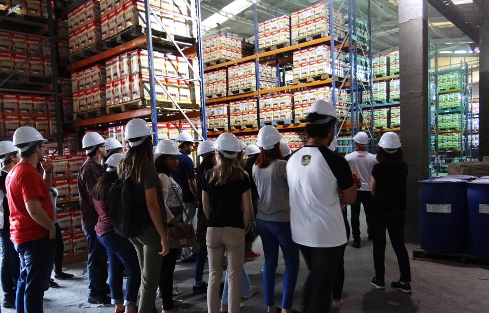 Estudantes visitam empresa de tintas parceira do Adote uma Casa
