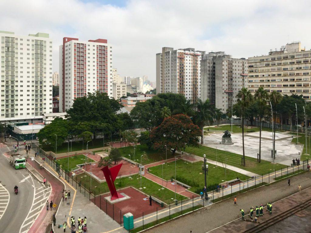 Complexo Júlio Prestes, ainda em construção - a praça e, ao fundo, as duas torres já entregues