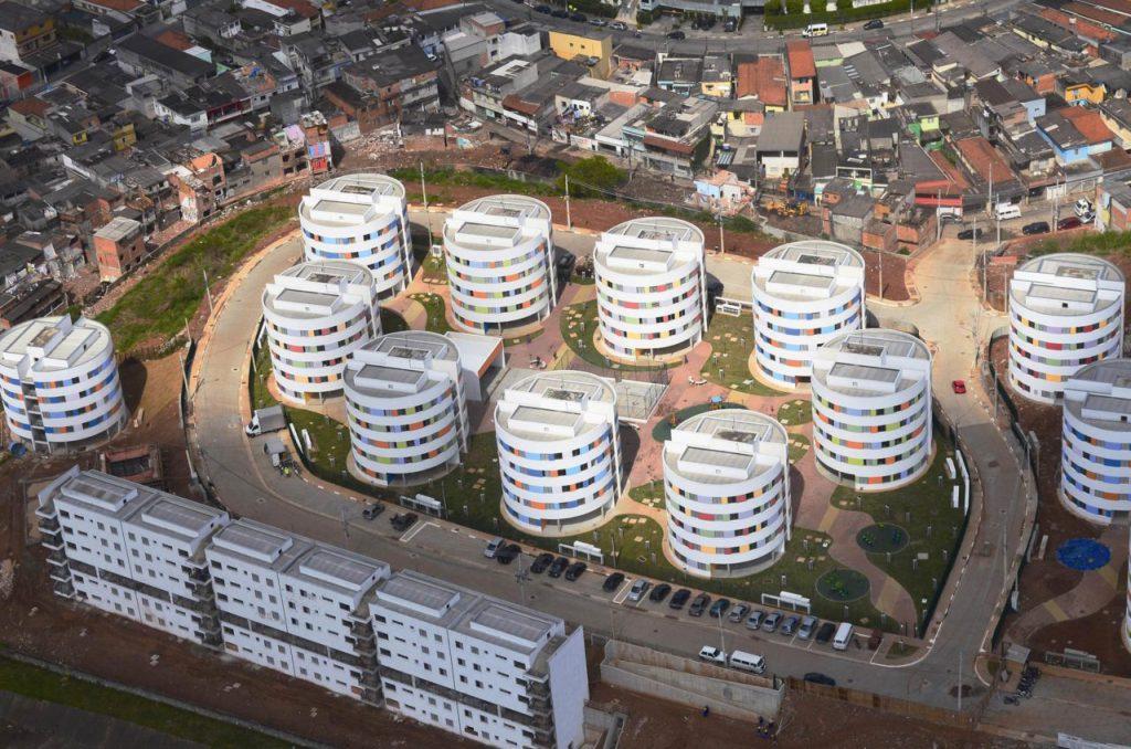 """Vista aérea do conjunto dos """"Redondinhos"""", em Heliópolis, São Paulo. Projeto de Ruy Ohtake (Foto deDaniel Ducci)"""